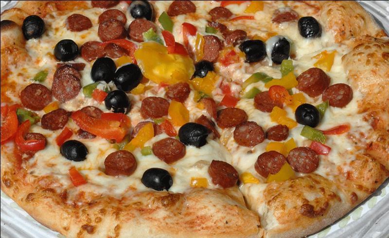 Sauce tomate, merguez, olives noires, poivrons, fromage