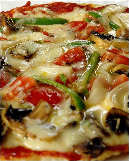 Sauce tomate, mozzarella, poivrons, champignons, aubergines, basilic