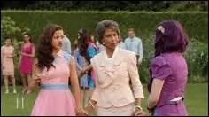 Qui est la dame entre les deux filles ?