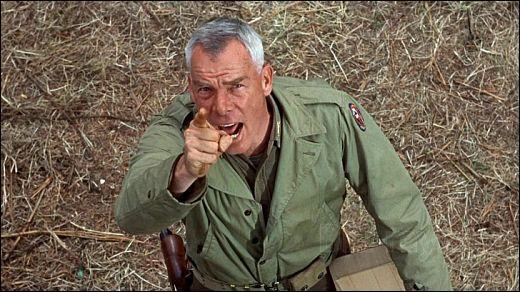 """Dans le film """"Les Douze Salopards"""", pour faire grimper un de ses hommes resté bloqué sur une corde, Lee Marvin tire sur cette même corde avec une arme. Laquelle ?"""
