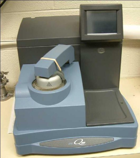 Le calorimètre à balayage différentiel contient deux petits...