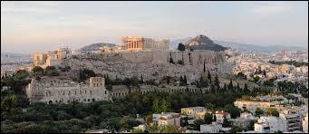 Nous n'avons qu'une heure de décalage avec la ville qui illustre cette question. Cette ville est située en Grèce et a une superficie de 39 km². Quelle est donc cette ville ?