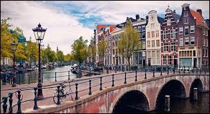 Jacques Brel nous chantait un single en rapport avec le pont de la ville que je cherche à vous faire deviner, une ville appartenant aux Pays-Bas. Laquelle ?