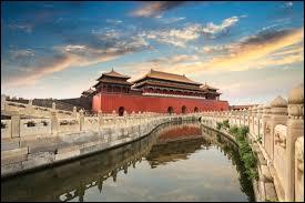 """Terminons sur une grande ville chinoise. Quelle est donc cette ville, aussi appelée """"Beijing"""" ?"""