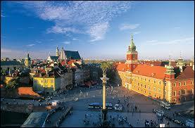 La ville cherchée est située en Pologne et en fut la capitale dès 1596. On la connaît d'une façon assez triste pour son usage par les nazis durant la Seconde Guerre mondiale. Quelle est cette ville ?