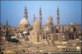 Je souhaite vous faire découvrir une ville capitale de son pays, situé en Afrique. Souvent, ce pays est associé aux pharaons. De quelle ville suis-je en train de vous parler ?