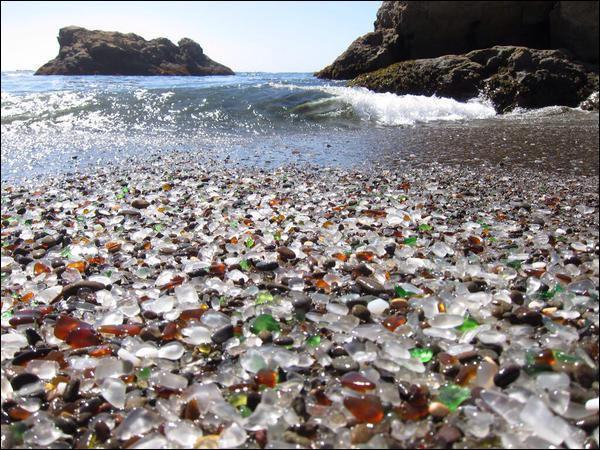 Glass Beach à Fort Bragg, en Californie a la particularité d'être une plage de verre, on y admire ses milliers de galets de verre multicolores étincelant sous le soleil. Pourquoi ?