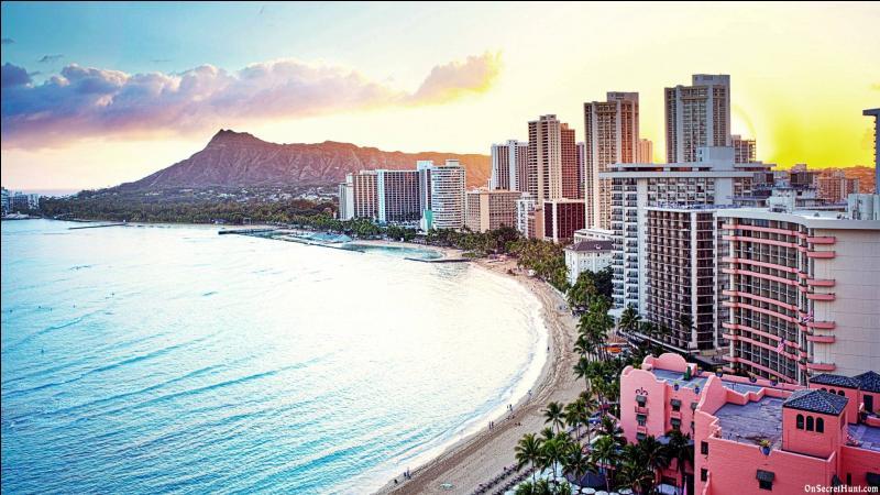 Waikiki Beach est l'une des plus célèbres plages du monde. Pour la connaître vous devrez vous rendre à Honolulu :