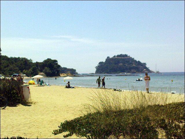 Si je vous parle de la plage de Cabasson, ça ne vous dira rien, mais si je vous dis qu'elle est surplombée par le Fort de Brégançon, résidence de vacances des présidents de la République française, peut-être la situerez-vous mieux ?