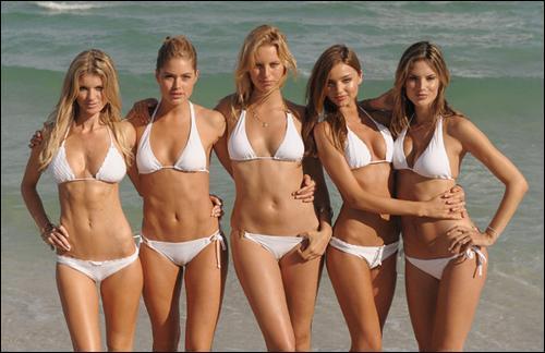 Il aime regarder les filles qui marchent sur la plage, les hanches qui balancent et les sourires fugaces... :