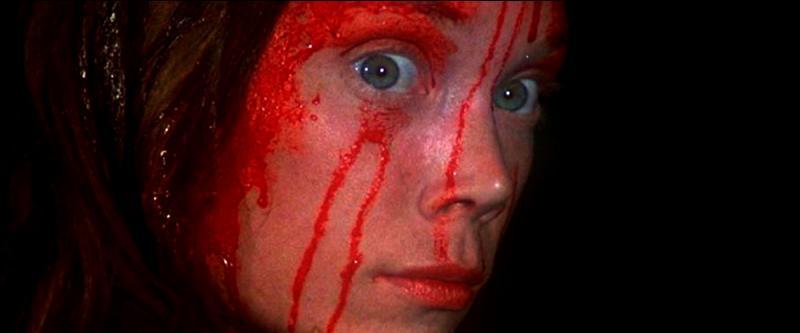Quand la méchante ne satisfait pas les critères de beauté...Ne vous fiez pas à Carrie, le liquide rouge est en réalité...