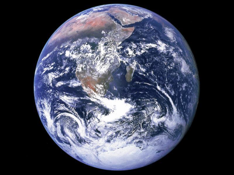Mon nom ne dérive pas de la mythologie grecque ou romaine, je fais office d'habitat pour des millions d'espèces, et notamment les humains, ma surface terrestre est recouverte de 71 % d'eau. Je suis...