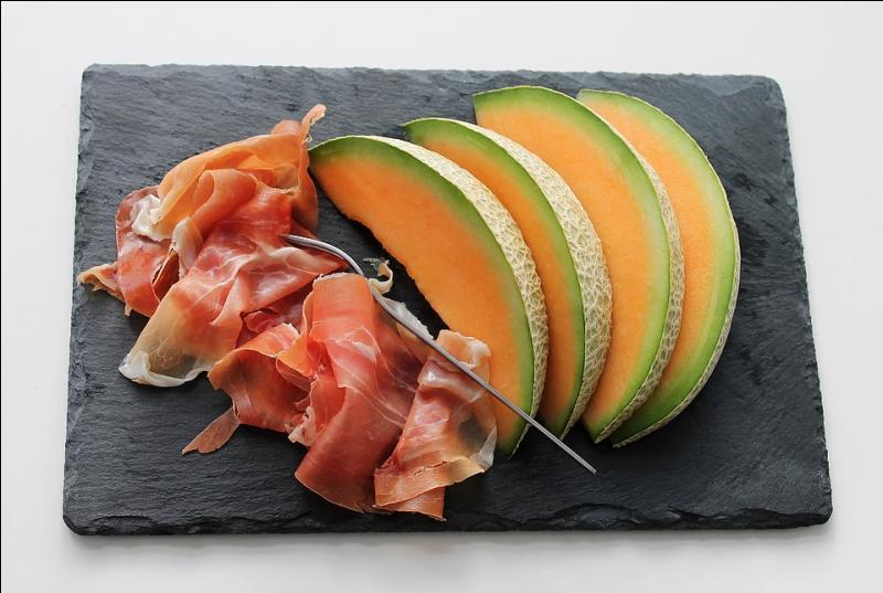 Le melon se marie parfaitement avec le jambon cru séché. Quelle ville des Pyrénées-Atlantiques est réputée pour son jambon ?