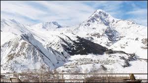 Dans quelle région montagneuse se situe la Géorgie ?