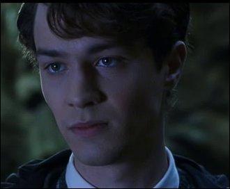 """Ron a dit : """"C'était peut-être un élève exceptionnel, ou alors il a sauvé un professeur d'un poulpe géant. Ou alors c'est peut-être lui qui a assassiné Mimi Geignarde.""""Laquelle de ces hypothèses de Ron, sur Tom Jedusor, n'est pas confirmée ?"""
