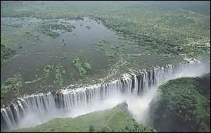 Quelles chutes spectaculaires sont situées à la frontière entre la Zambie et le Zimbabwe ?