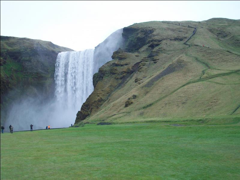 Quel est ce petit village de la côte sud-ouest de l'Islande, étape incontournable de tout circuit touristique grâce à sa spectaculaire cascade et à son écomusée consacré à la vie rurale traditionnelle ?