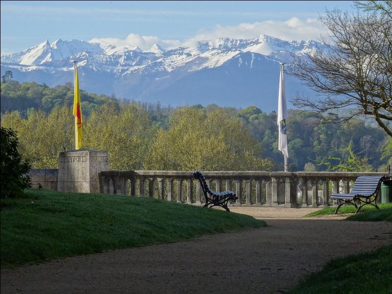 Région Aquitaine Limousin Poitou Charentes - le golfe de Gascogne - la ville de Saint-Jean-de-Luz - variation d'altitude de 3 000 mètres entre les points le plus bas et le plus élevé du département