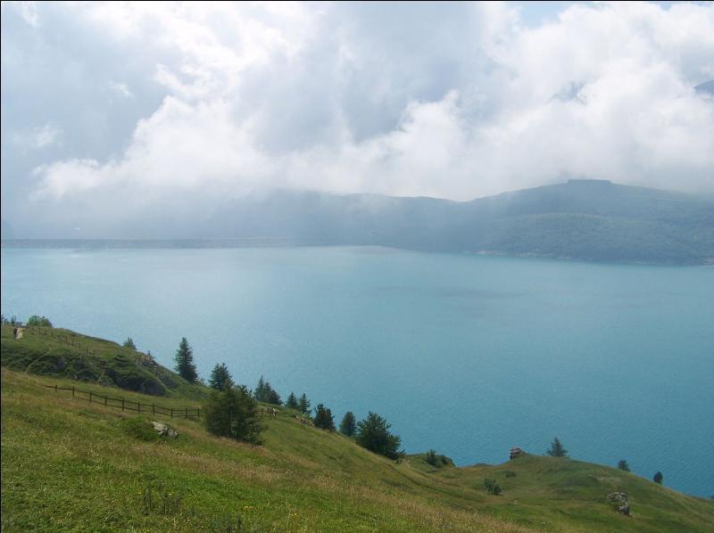 La ville de Saint-Jean-de-Maurienne - 90 % du territoire de ce département est situé en zone de montagne - les bataillons de chasseurs alpins (BCA) - le Parc naturel régional de Chartreuse