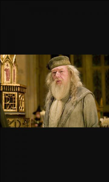Qui prévient Dumbledore que les 2 écoles sont arrivées ?