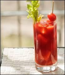 Comment s'appelle ce cocktail à base de jus de tomates, de jus de citron et de jus de vodka qui est épicé et pimenté ?
