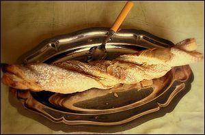 Quel nom porte cette viennoiserie faite d'un bâtonnet de pâte feuilletée torsadée parsemé de noix et saupoudré de sucre ?