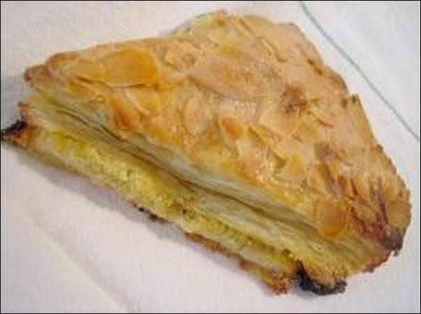 Quel nom porte ce triangle de pâte feuilletée fourré à la frangipane et recouvert d'amandes ou d'un glaçage ?
