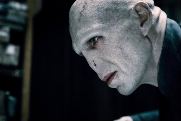 Des rumeurs courent disant que Lord Voldemort est définitivement mort. Comment Hagrid les qualifie-t-elles ?
