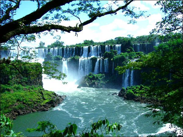 Où se trouvent les chutes d'Iguaçu ?