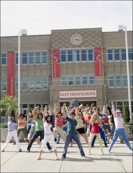Quelle est la première chanson d'High School Musical 2 ?