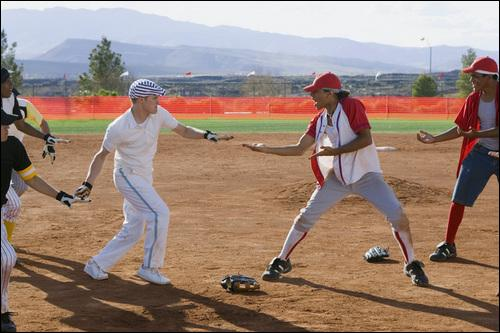 Dans HSM 2, que chantent Ryan & Chad sur le terrain de base-ball?