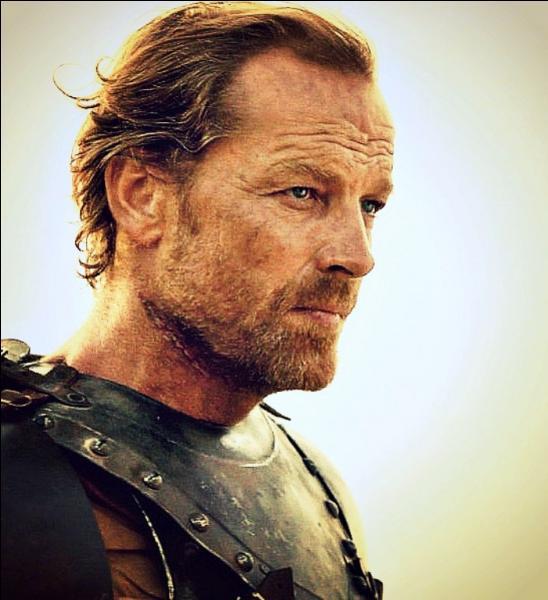 Pourquoi Jorah Mormont a-t-il été déchu de ses titres et banni ?