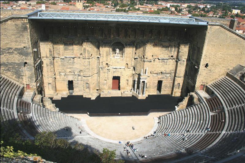 On m'appelle « La cité des Princes ». Mon théâtre antique est connu dans le monde entier et ses chorégies en font un événement culturel incontournable. Je suis :