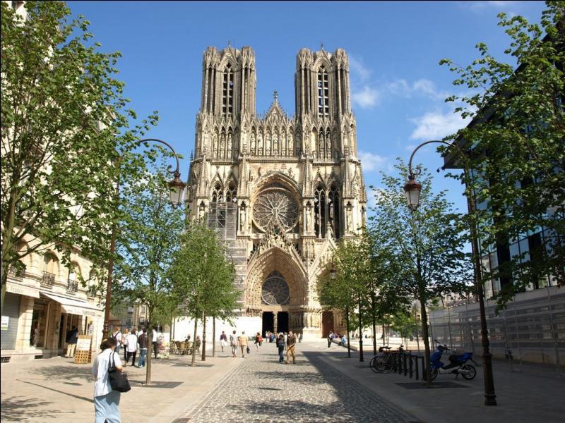 La basilique Saint-Rémi, édifice religieux chrétien contenant les reliques de l'évêque Saint-Rémi qui a baptisé Clovis, est sans aucun doute, l'église la plus célèbre de ma ville. Le biscuit rose est un de mes emblèmes. Je suis :