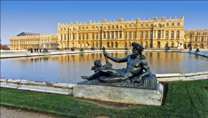 J'ai été créée par la volonté de Louis XIV. J'ai vu la signature d'un traité signé à l'issue de la première guerre mondiale. Je suis :