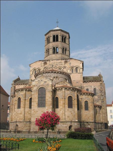 J'abrite l'église Saint-Austremoine, une abbatiale de style roman auvergnat. Je suis :