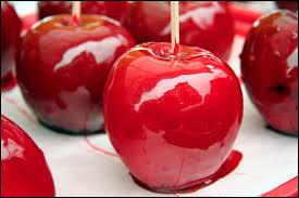 Quelle est cette confiserie qui contient une pomme enrobée de sucre cuit ?