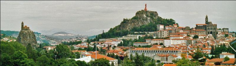Dégustez les lentilles vertes, admirez les chefs-d'œuvre des dentellières puis direction la via Podiensis pour effectuer le pèlerinage de Saint-Jacques-de-Compostelle. Dans quelle ville êtes-vous ?