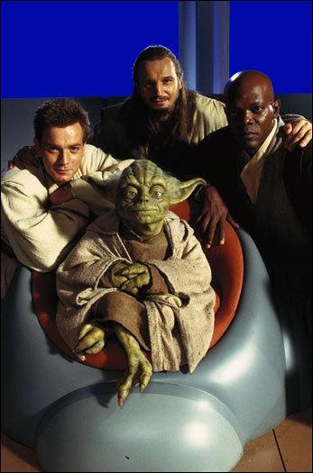 De quelle couleur est le droïde qui accueille Obi-Wan Kenobi et Qui-Gon Jinn sur le vaisseau de la fédération du commerce lors du blocus de Naboo ?