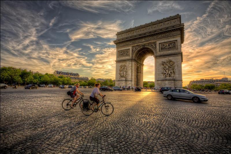 Le 15 août 1806 l'architecte Jean-François-Thérèse Chalgrin décida de construire ce monument d'une hauteur de 50 m. Tu l'as deviné, c'est...