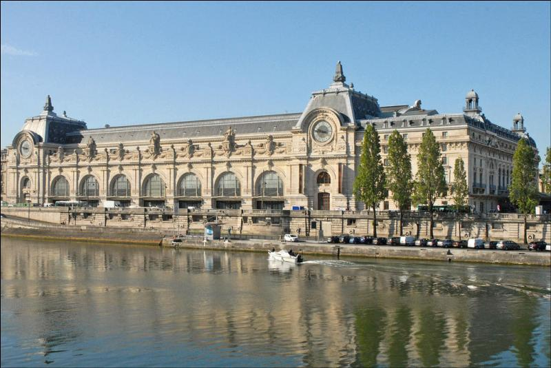 Le 9 décembre 1986, 3 architectes décidèrent d'ouvrir ce monument. Sur la rive gauche du monument, nous pouvons observer la Seine.Il possède environ 80 000 expositions.Tu l'as deviné, c'est...