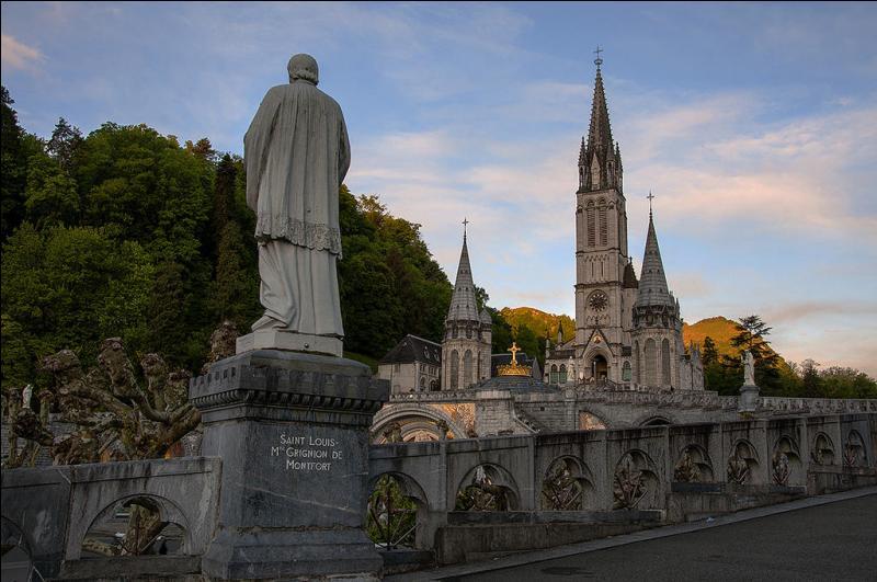 Cette basilique est la seconde en date des trois basiliques de Lourdes. Léopold Hardy (son architecte) décida de la construire. Elle ouvrit en 1889. Cette basilique est le plus important centre de pèlerinage des Hautes-Pyrénées et de France depuis les apparitions de Lourdes. Tu l'as deviné, c'est...
