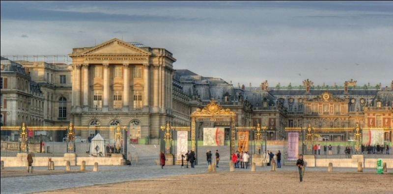 Ce monument historique se situe à Versailles, dans les Yvelines, en France. Il fut la résidence des rois de France Louis XIV, Louis XV et Louis XVI. Tu l'as deviné, c'est...