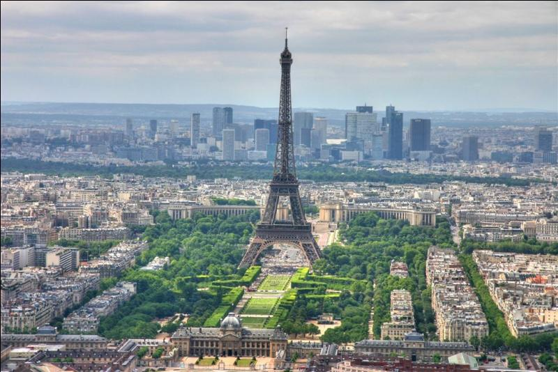 Le 28 janvier 1887, commença la construction d'une tour de fer puddlé de 324 mètres de haut. Contrairement à ce que certains pensent, il y a eu 2 architectes. Gustave Eiffel et Stephen Sauvestre. Rien qu'à la photo, tu as deviné la réponse. C'est évidemment...