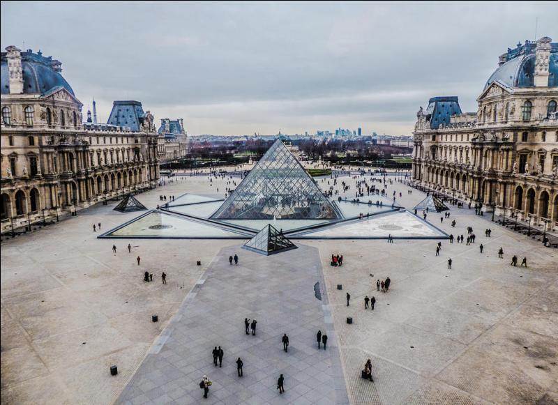 """C'est le plus grand musée du monde, par sa surface d'exposition de 60 600 m², et ses collections qui comprennent près de 460 000 œuvres. Il fut ouvert en 1792. A l'intérieur, se trouve certainement l'une des plus grandes œuvres du monde """"La Joconde"""". Tu l'as deviné, c'est..."""