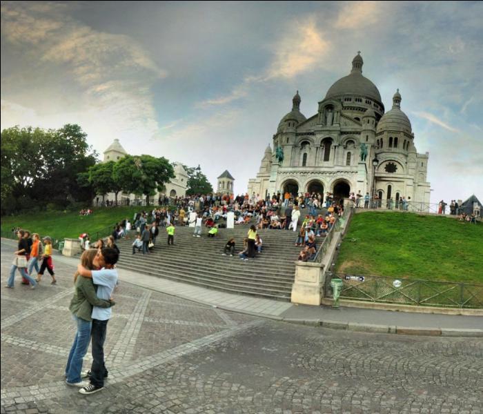Située au sommet de la butte Montmartre, cette basilique de 83m de hauteur a ouvert en 1914. Tu l'as deviné, c'est...