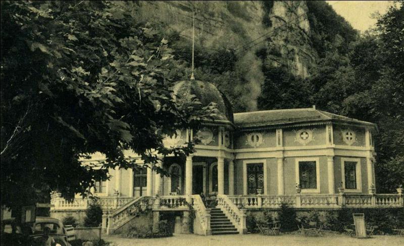 Quelle caractéristique avait l'eau exploitée par l'établissement thermal situé aux Bains de la Caille ?
