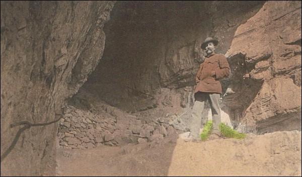Comment s'appelle le fameux sentier du Salève, traversant une grotte, aménagé par le Club alpin suisse en 1905 ?