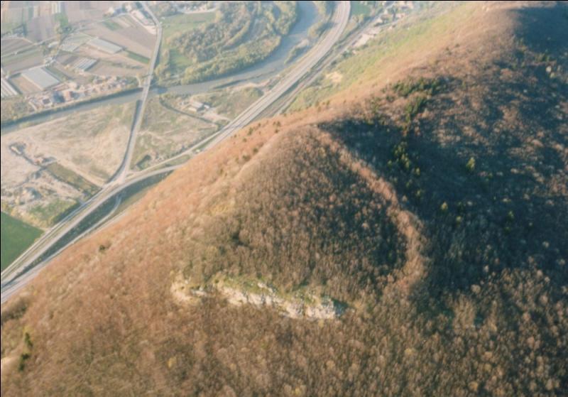 Qu'ont construit les Allobroges au sommet du Petit Salève ?