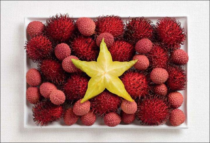 Elle doit avoir mal cette étoile de mer. Ah non, c'est de l'ananas. De l'ananas qui repose sur des litchis et des...comment dire ? Des sortes d'oursins rouges. Cela représente vraiment bien...